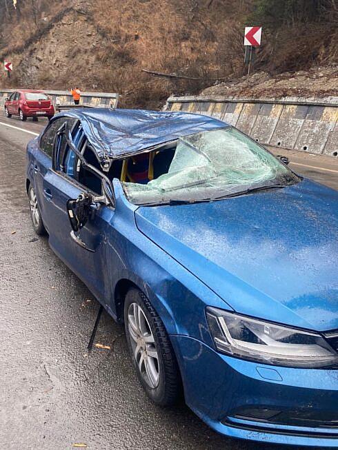 A murit femeia din mașina peste care a căzut un copac. Aceasta se afla în concediu cu familia (FOTO)