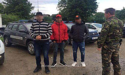 Trei algerieni au fost prinși la Frătăuții Noi după ce au trecut ilegal granița din Ucraina în România