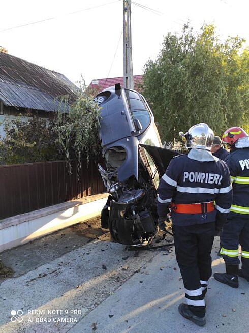 Cu un viraj brusc o șoferiță de 22 de ani a urcat mașina pe un gard