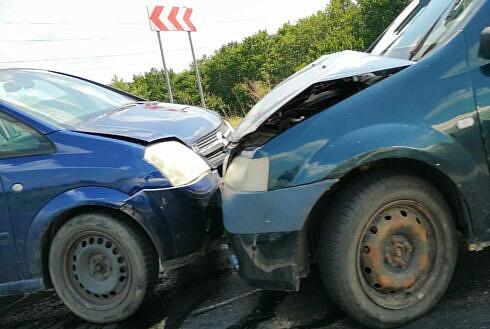 Ciocnire între un șofer și o șoferiță la Vatra Dornei. Șoferul a ajuns la spital